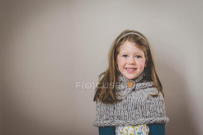 Sorrindo menina olhando para a câmera — Fotografia de Stock