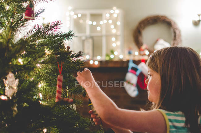 Fille décorer un sapin de Noël — Photo de stock