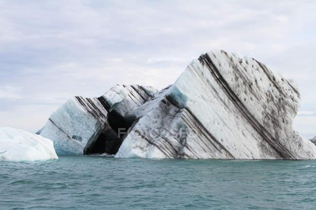 Iceberg galleggianti nella laguna di Joekulsarlon — Foto stock