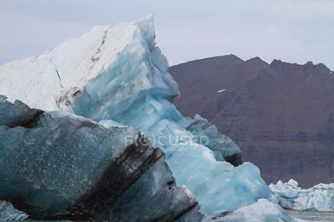 Iceberg con montagne, Laguna di Joekulsarlon — Foto stock