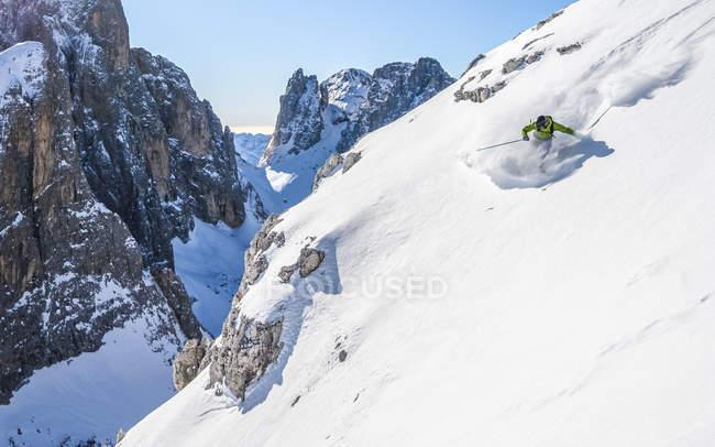 Людина, що лижного спорту off лижах — стокове фото