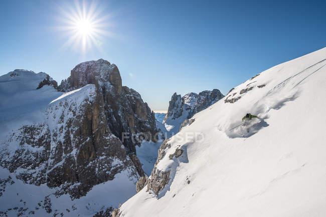 Homme, ski hors piste — Photo de stock