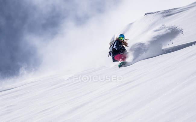 Garota de snowboard na neve fresca em pó — Fotografia de Stock