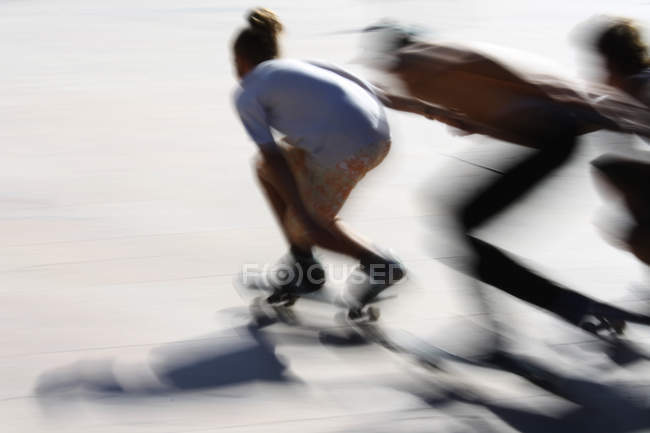Three people skateboarding — Stock Photo