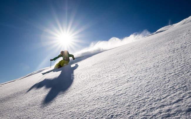 Человек на лыжах — стоковое фото