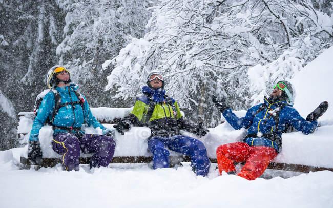 Esquiadores disfrutando de fuertes nevadas - foto de stock