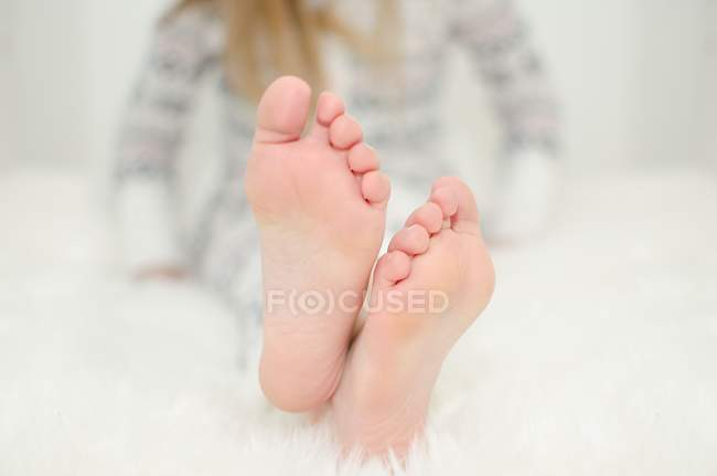 Barefoot female feet — Stock Photo