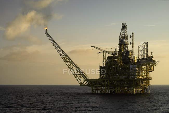 Plate-forme pétrolière en mer — Photo de stock