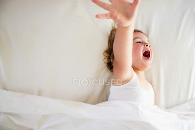 Menina na cama gritando — Fotografia de Stock