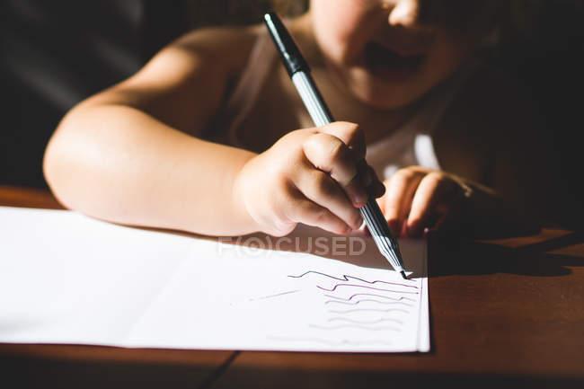 Дівчина малюнок на папері — стокове фото