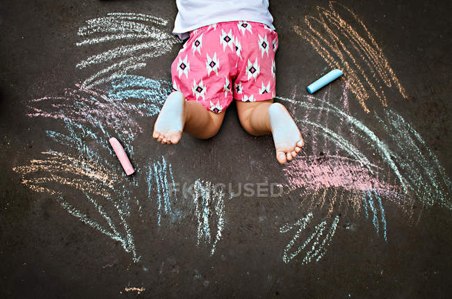 Girl drawing with chalk — Stock Photo