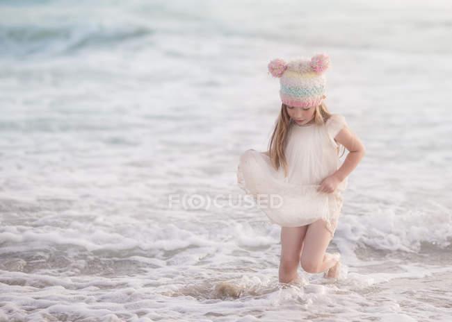 Chica caminando en el mar - foto de stock