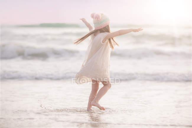 Fille danse sur la plage — Photo de stock