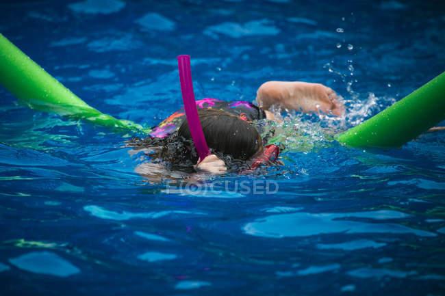 Mädchen, Schwimmen in einem pool — Stockfoto