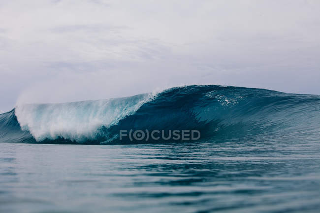 Pipeline wave barreling over reef — Stock Photo