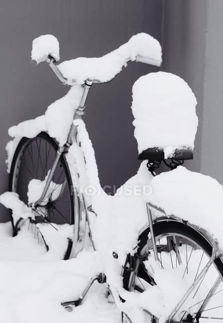 Bicicleta coberta de neve — Fotografia de Stock