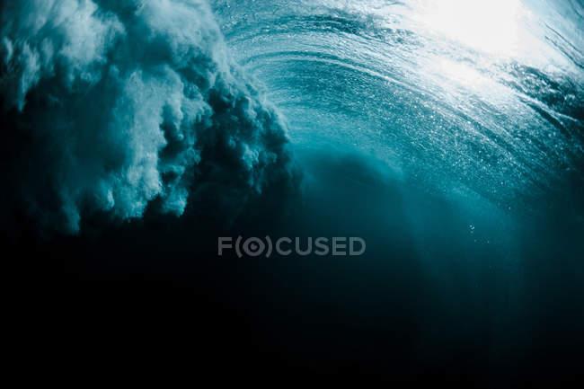Підводний постріл з хвилею порушення — стокове фото