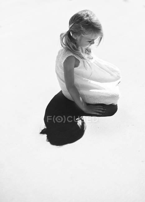 Девушка сидит на улице — стоковое фото