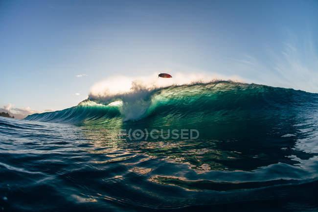 Surfer bei Banzai-Pipeline ausgelöscht — Stockfoto