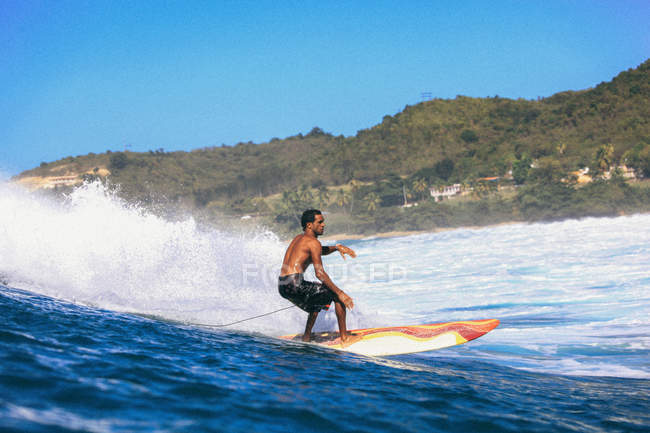 Surfer riding wave — Stock Photo