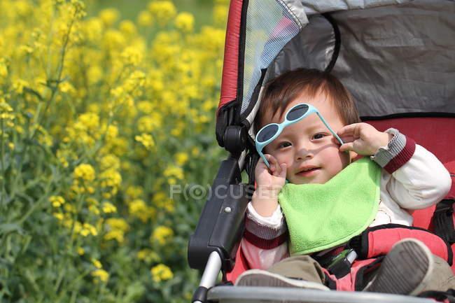 Сидящий с солнцезащитными очками — стоковое фото