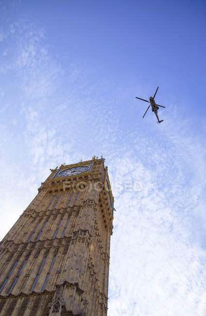 Helicopter flying over Big Ben — Stock Photo
