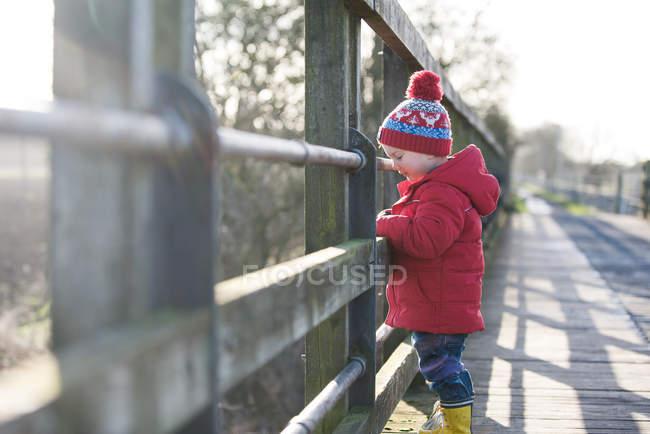 Хлопчик стоїть на мосту — стокове фото