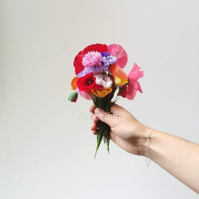 Weibliche Holding Wildblumen — Stockfoto