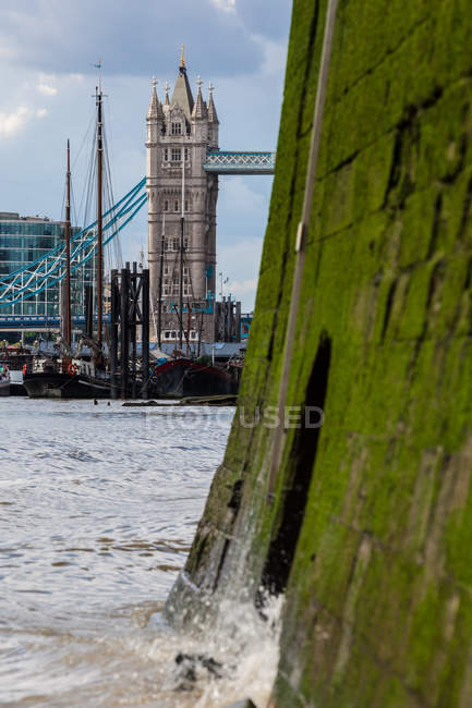 Тауэрский мост видно с берега реки Темзы — стоковое фото