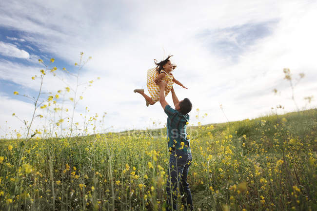 Vater Tochter In die Luft heben — Stockfoto
