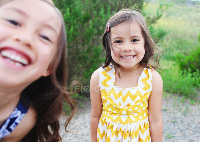 Дві дівчинки, сміючись — стокове фото