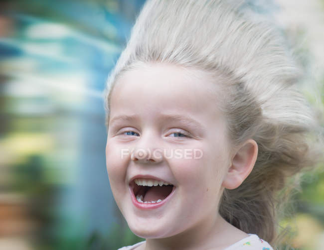 Ragazza con i capelli che soffiano nel vento — Foto stock