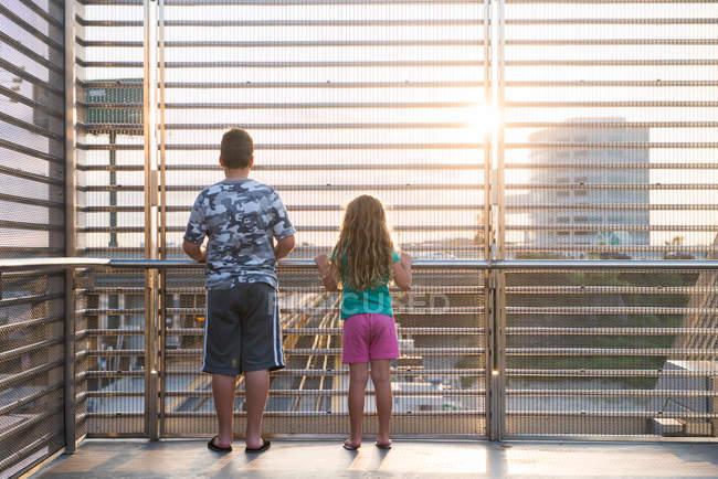 Niños mirando por la vía del tren - foto de stock