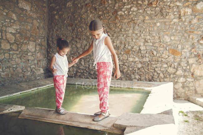 Mädchen zu Fuß entlang der Kante — Stockfoto