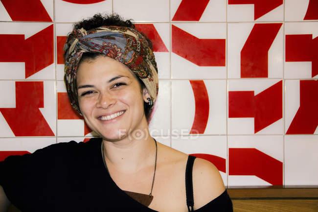 Юна жінка посміхається — стокове фото