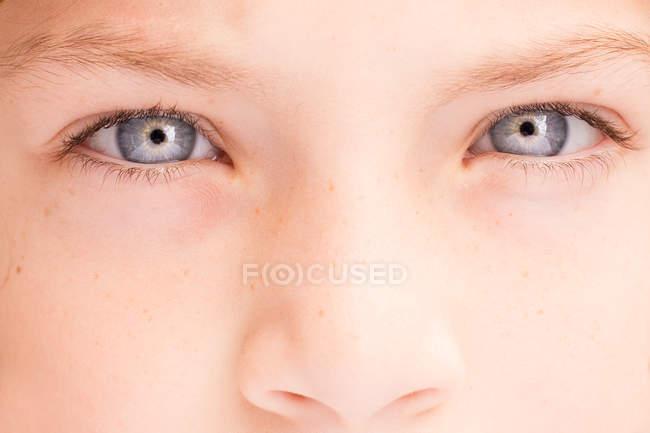 Occhi di ragazzo che guarda l'obbiettivo — Foto stock