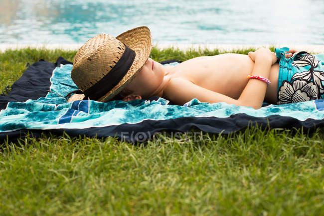 Garçon couché sur le dos — Photo de stock