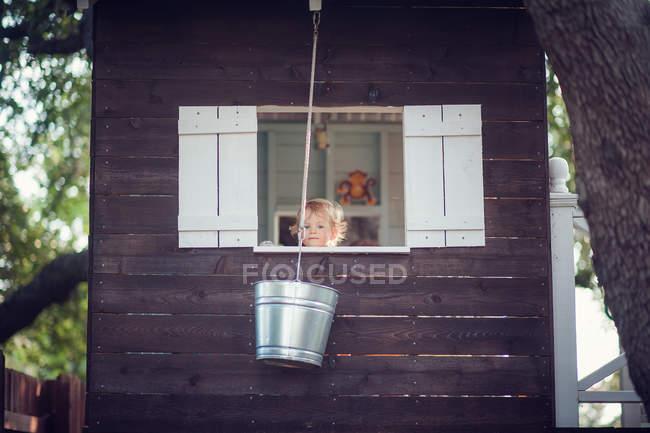 Boy in tree house — Stock Photo