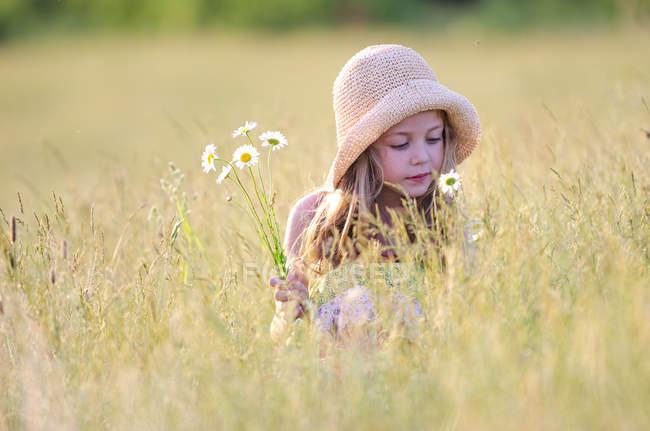 Menina escolhendo flores silvestres — Fotografia de Stock