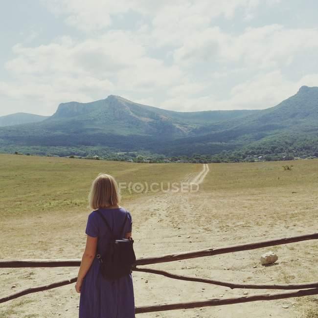Mujer en pie por cerca de - foto de stock