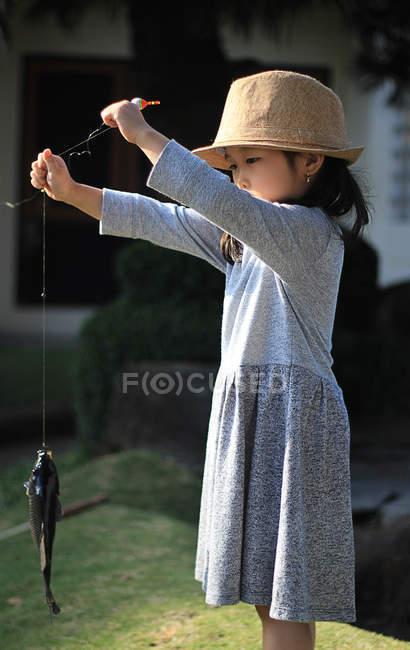 Дівчина Холдинг риби — стокове фото