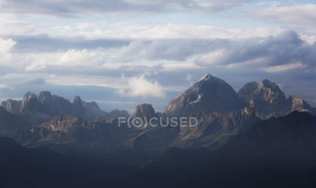 Горные вершины в сумерках — стоковое фото