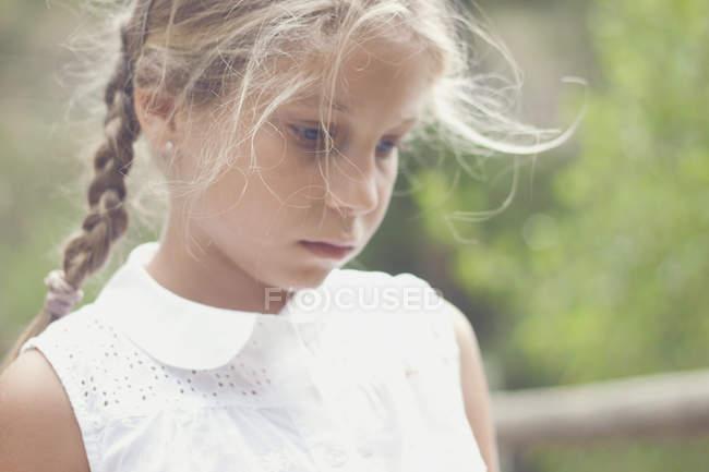 Porträt eines traurigen Mädchens — Stockfoto