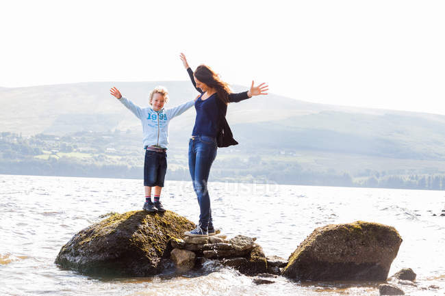 Mother and son standing on rocks — Stock Photo
