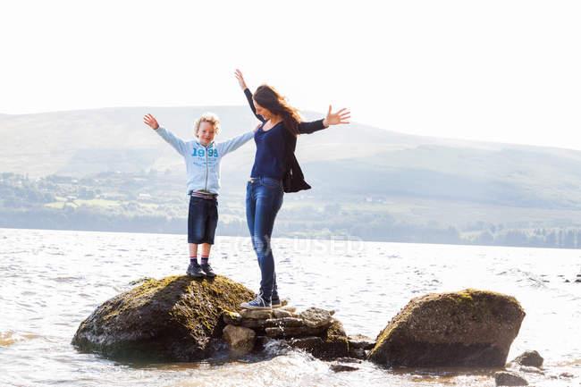 Мать и сын стоят на скалах — стоковое фото