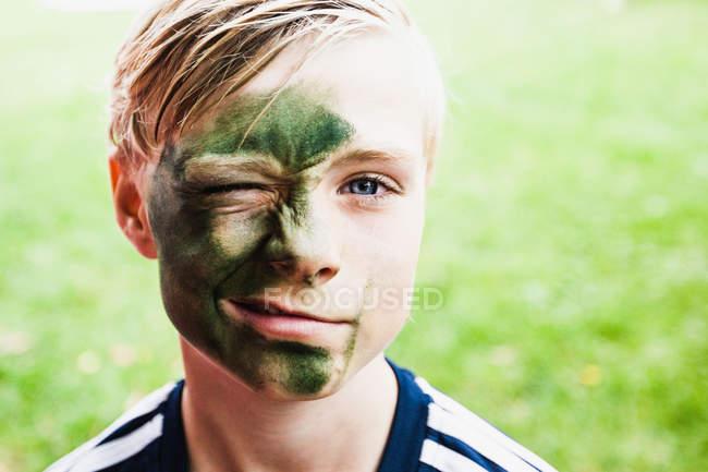 Молодий хлопчик, підморгування на камеру — стокове фото
