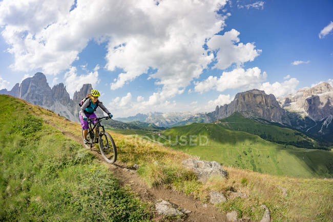 Frau-Reiten-Mountain-bike — Stockfoto