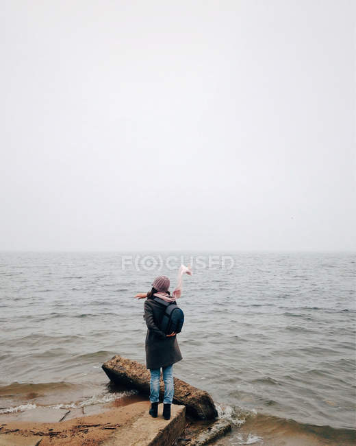 Woman standing by sea — Stock Photo
