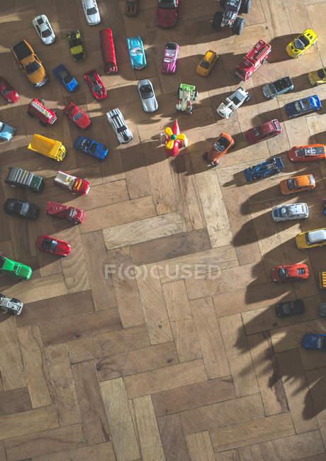 Piccoli giocattoli auto sul pavimento — Foto stock