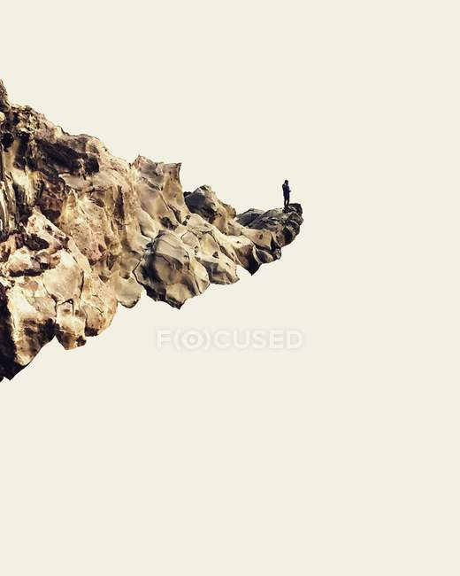 Man standing on cliff — Stock Photo